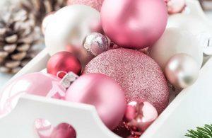 kersttrends 2018 - sneeuwwit en roze kerstballen